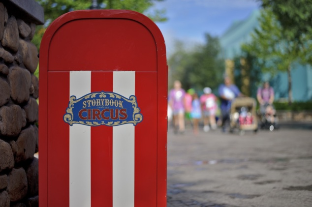 The main walkway. I'd love to do a photo essay on Disney trash cans.